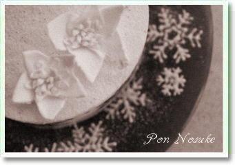 b白黒12月の花