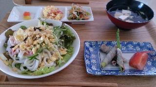 サラダうどんとアスパラの梅肉と大葉の豚肉巻き巻き