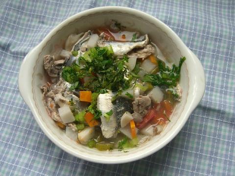 大根、人参、舞茸、里芋、トマト、小松菜、生姜、ニンニクなどが入ってます♪