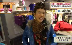 キッズ用(子供服)のジャケットを着る久本雅美