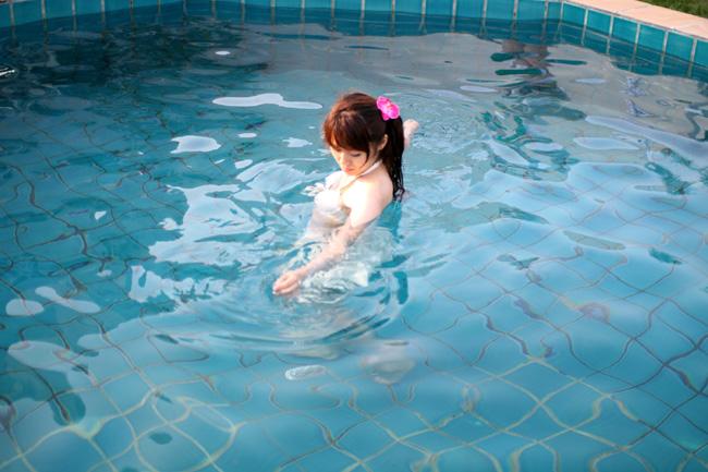 白い水着inプール