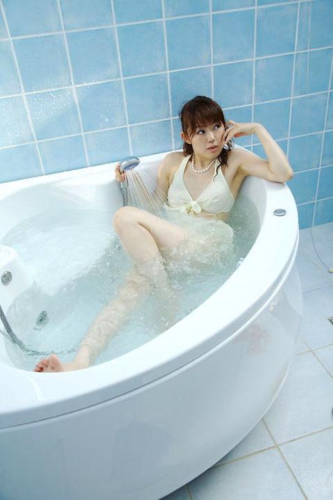 白い水着inバスルーム