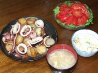 6/8 夕食 新じゃがとイカのガーリック炒め、トマトサラダ、鮭の炊き込みご飯、もやしのみそ汁