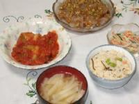 6/9 夕食 豚肉のキャベツロールトマト煮込み、刺身こんにゃく、ごぼうサラダ、大根のみそ汁、鮭ハラスの炊き込みご飯