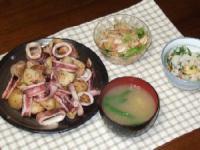 7/8 夕食 イカと新じゃがのガーリック炒め、もやしとシーフードのエスニックサラダ、油揚げとシソの混ぜご飯、シメジといんげんのみそ汁