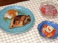 7/10 夕食 ほっけのみそ漬け、玉ねぎとトマトのサラダ、キムチマヨネーズ