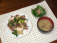4/15 夕食 砂肝とネギとニンニクの芽の塩炒め、ほうれん草とベーコンのサラダ、しめじといんげんの味噌汁