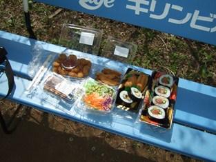 4/17 昼食 助六寿司、まぐろ太巻き、小海老フライ、フライドポテト、枝豆サラダ、焼き団子