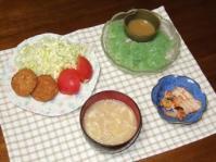 5/29 夕食 ビーフレンジコロッケ、刺身こんにゃく、キムチ、エノキと油揚げの味噌汁