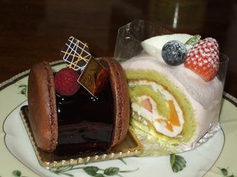 5/2 誕生日ケーキ マカロンチョコケーキ、ピスタチオのロールケーキ