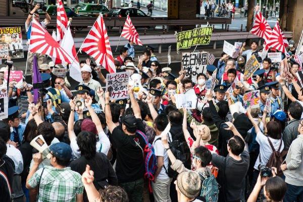 20140925警察がデモ隊とカウンターの間に入る、いつもの光景