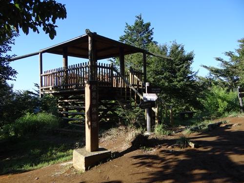 c 草戸山山頂左下のベンチ