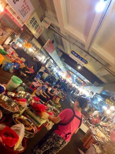 久しぶりに夜の市場へ…。