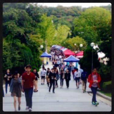 なんだか賑やかなキャンパスはソウル市立大学。