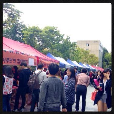 学生さん手作りの飲み物や食べ物や雑貨、色んなものが販売されていました^^