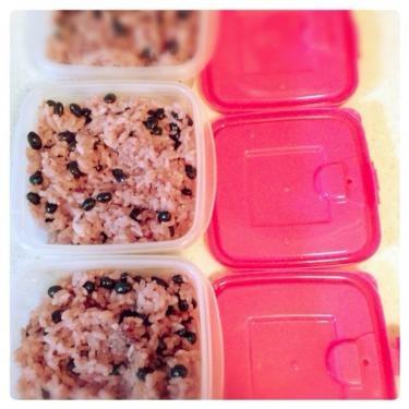 炊きあがったご飯は炊きたてのうちにタッパーに入れてすぐさま冷凍保存ですㅎ