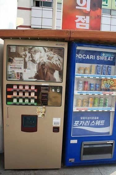 左の自販機はお金を入れてボタンを押すと紙コップに飲み物が入って出てきます。小さなコップで量も多くなく、甘~い味がなんだか癖になりますㅎㅎ