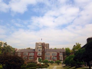 延世大学キャンパス内も色づいてきました。