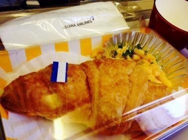 今日の機内食はクロワッサンサンド♡