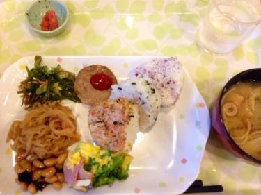 ホテルでの朝食。朝からガッツリ。さすが福岡。明太子も朝食メニューに。
