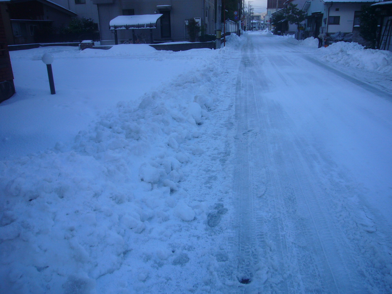 積雪数センチでの道路除雪跡H26.12.18