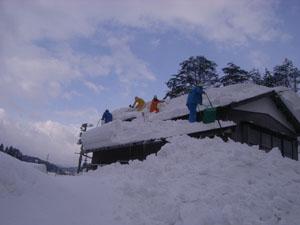 柏崎市の要請で要援護者宅の雪降し作業 (2)