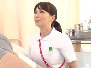 汗だくになりながら若いペニスで喘ぎまくる美熟女看護師