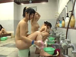 女装して女風呂に潜入、裸の女を見てフル勃起してしまう・・・