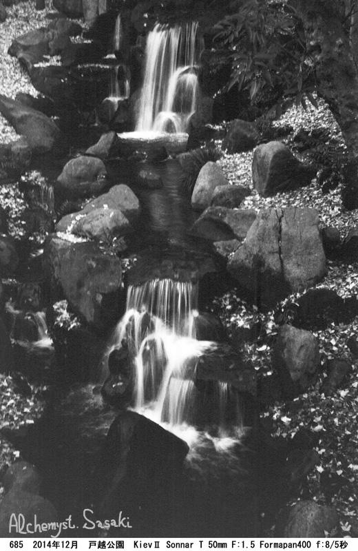 落ち葉散る滝685-5