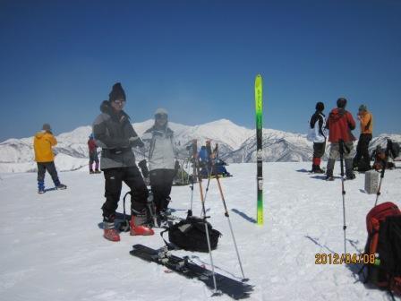 H24.4.8 1050 雄大な白山を背景に大日岳頂上