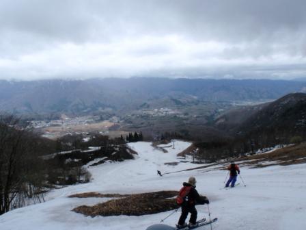011 スキー場からそれて滑り下りる