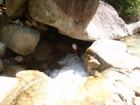 179 岩の下を行きます