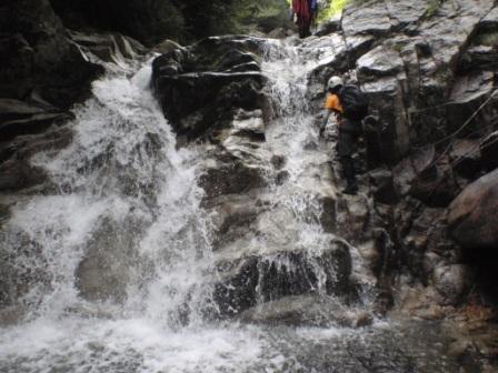 041 滝を登ります