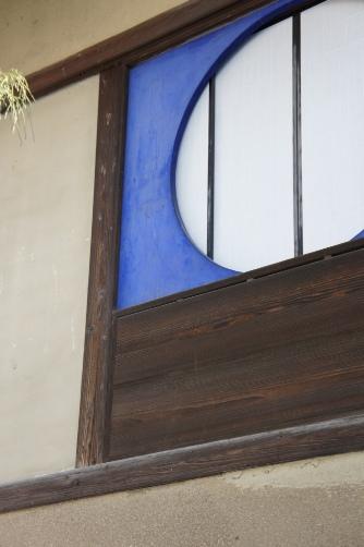 田中邸の青い窓