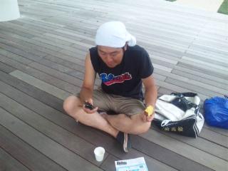カステラを食べる成田さん
