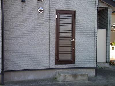 人通り(幹線道路沿い)の多い勝手口ドア