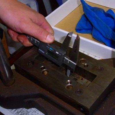 金型をデジタルノギスで測定