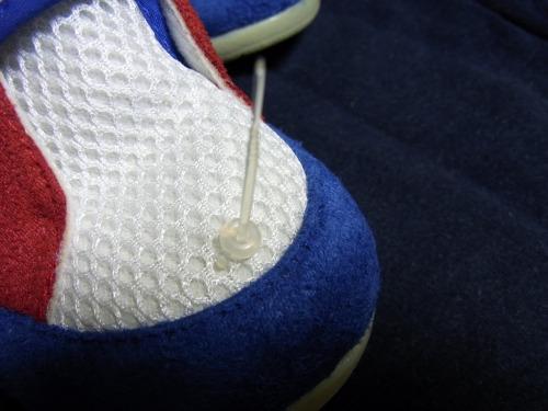 ごども靴に付けたやわらかい留めピンを締めこみます。