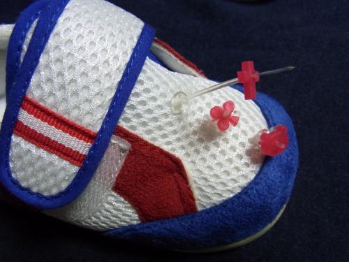 赤のデコ目印を 右足こども靴に並べて乗せました
