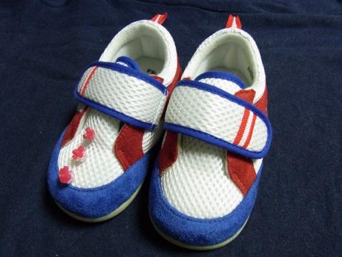 右足こども靴に赤のデコ目印を3個並べて完成!