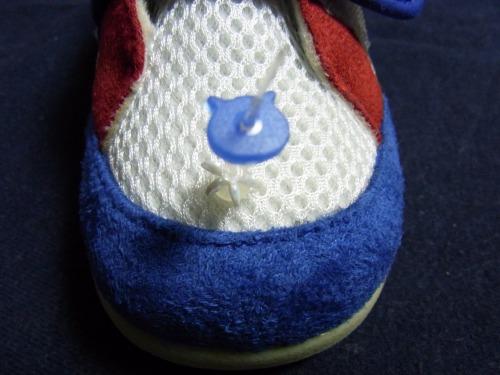 青い熊?目印ワッシャをメッシュ靴先端のピンを通す作業!