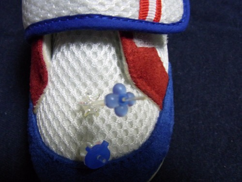 青い目印ワッシャをメッシュ靴先端のピンを通しました