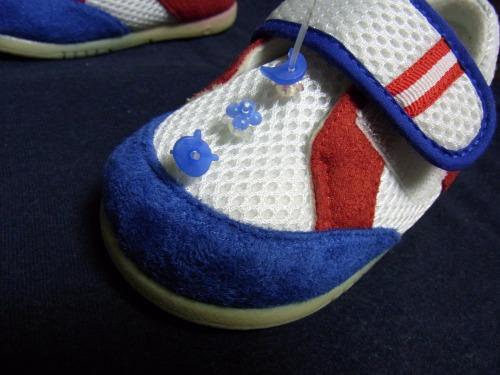 青い目印をメッシュ靴先端に3個目