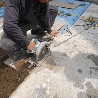 青トラな外構01 コンクリートを切るCM-8