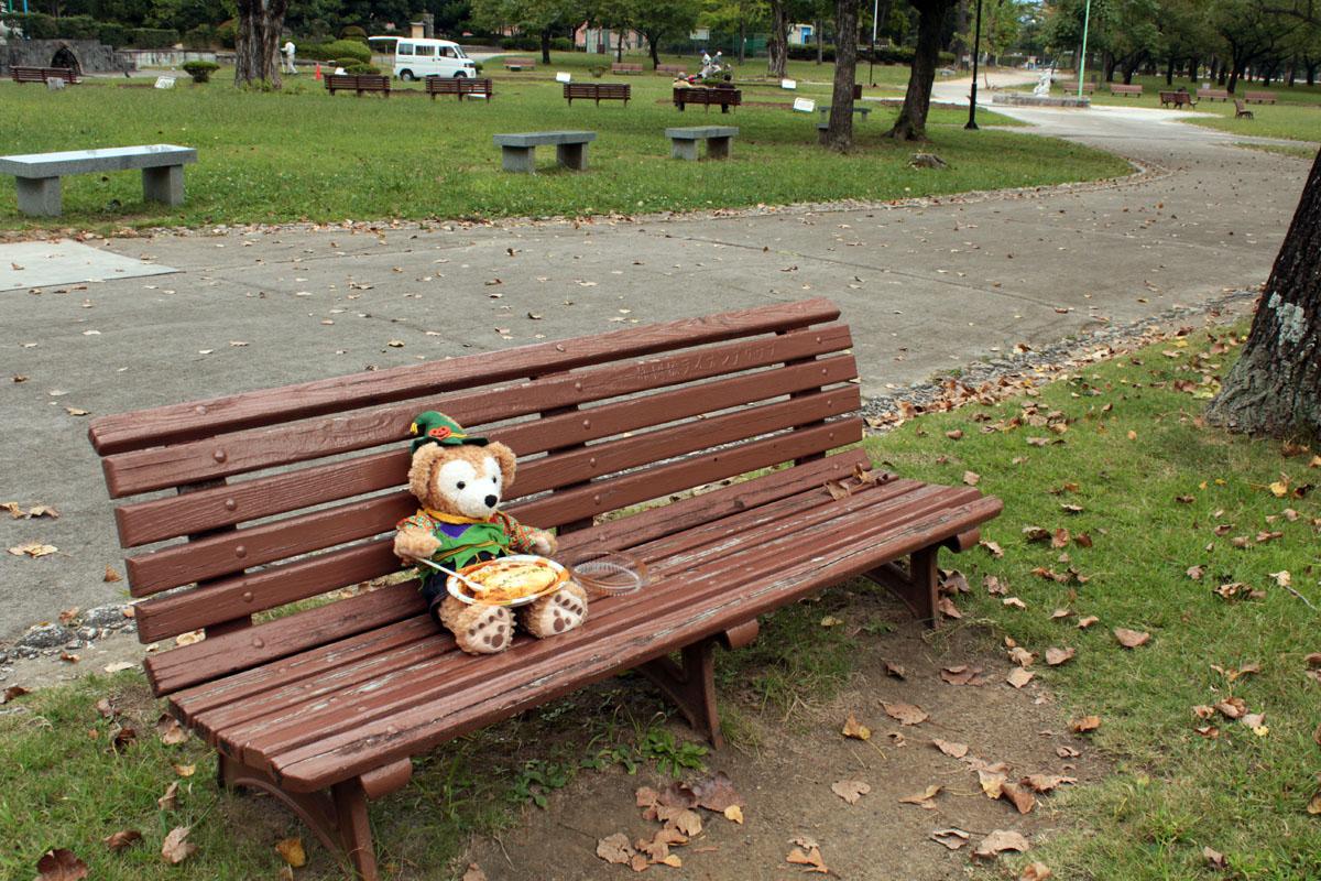 ベンチでオムライスを食べるDuffy