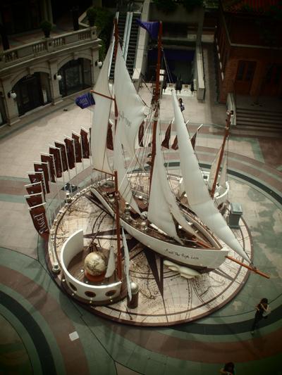 広場に展示されていたアンティークな船