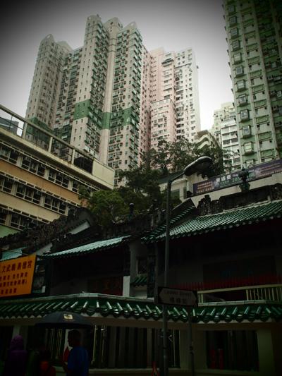 寺のすぐ後ろには対照的な高層建築