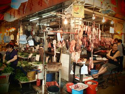 衝撃的な陳列方法のお肉屋さん