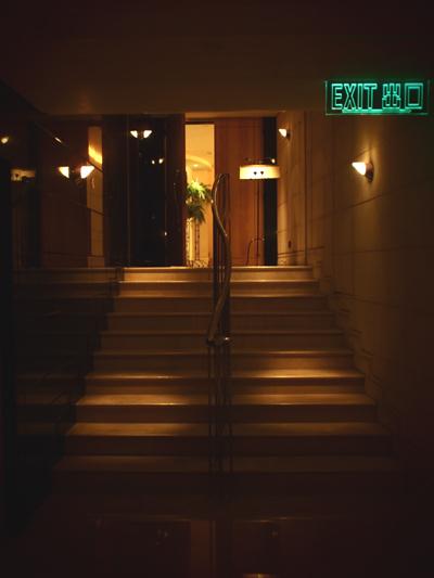 ロッカールームへ続く大理石の階段