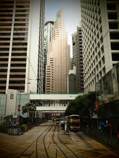 高級ブランドショップが軒を連ねる高層ビル街